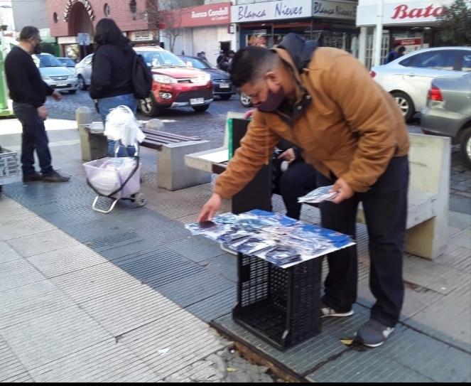 Detrás de cada mascarilla hay una historia en las calles de Chile