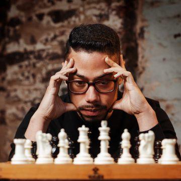 Profesor venezolano da jaque mate a la crisis en Chile  gracias a su academia de ajedrez para niños